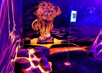 Eldlejon i blacklight på äventyrsgolf